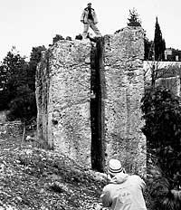 Η κατασκευή κοντά στα πρώτα μεγαλιθικά μνημεία Baalbeck. Το χάσμα μεταξύ των πλακών έχει ως στόχο την πυραμίδα του Χέοπα.